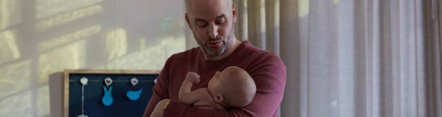 Отец укачивает ребенка перед сном