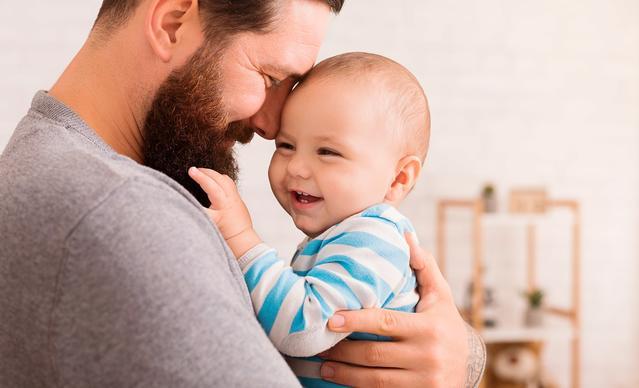 Отец держит ребенка