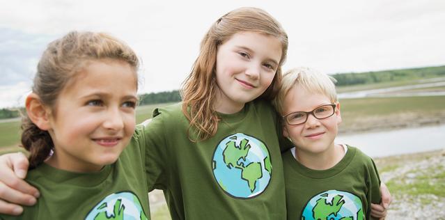 Дети в футболках с изображением земного шара