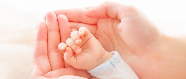 Рука ребенка в руке мамы