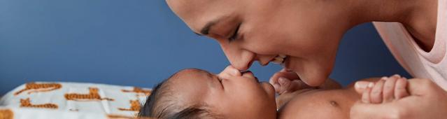 Мама и новорожденный малыш касаются друг друга носами